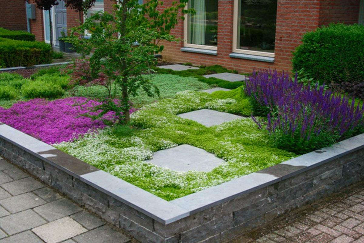 Kleine voortuin met stapstenen en bodembedekkers for Eenvoudige tuinontwerpen