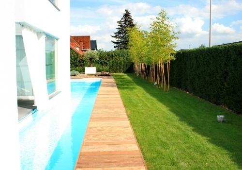 Villa tuin met ruime oprit
