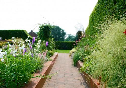 Sfeervolle cortenstaal tuin in combinatie met gebakken waaltjes